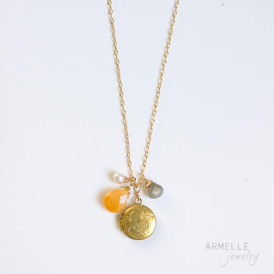 kellylocket-necklace-yellow-greay