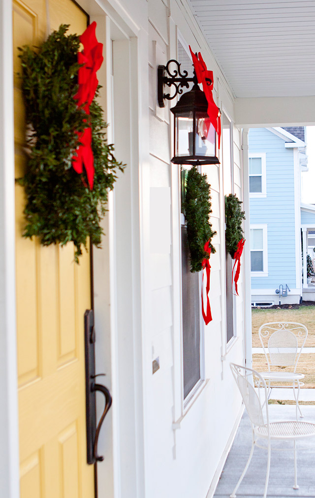 How To Hang Christmas Wreaths On Outdoor Windows Armelle Blog